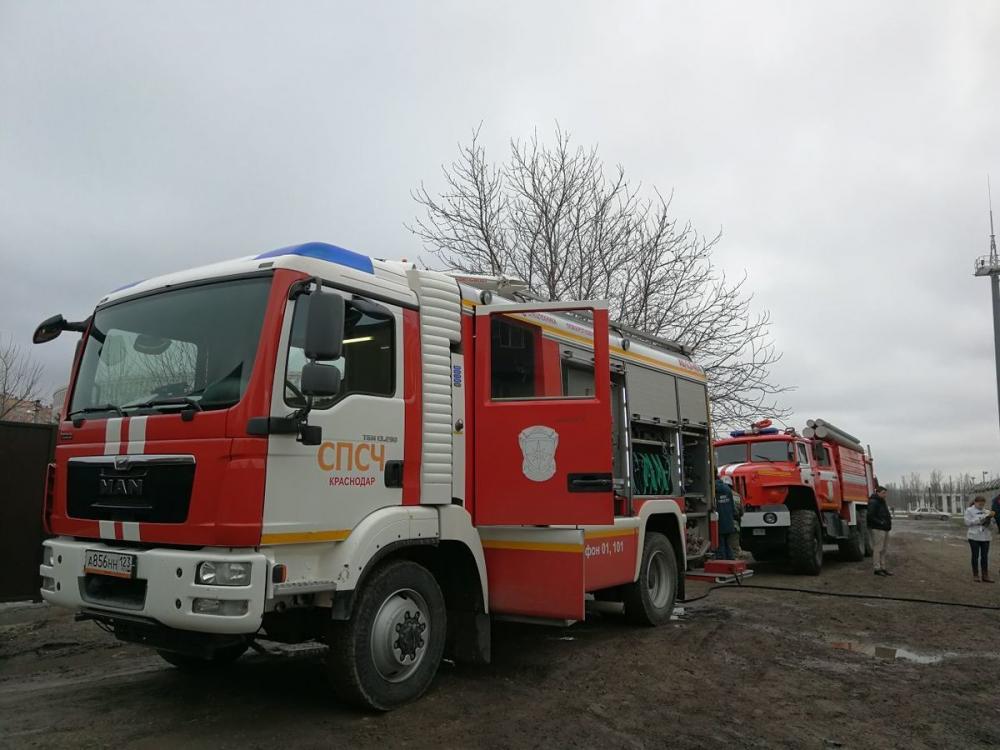 В Анапе сгорели частный дом и автомобиль — пятеро человек спасены