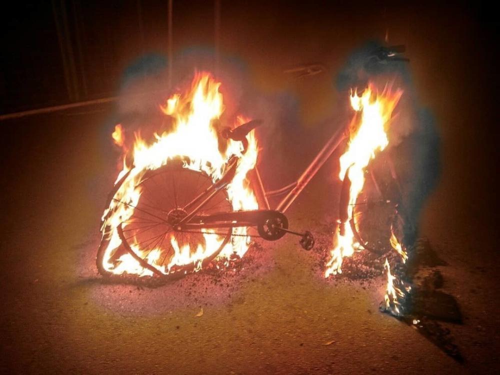 Краснодарцы подожгли шеринговый велосипед ради лайков в Инстаграме