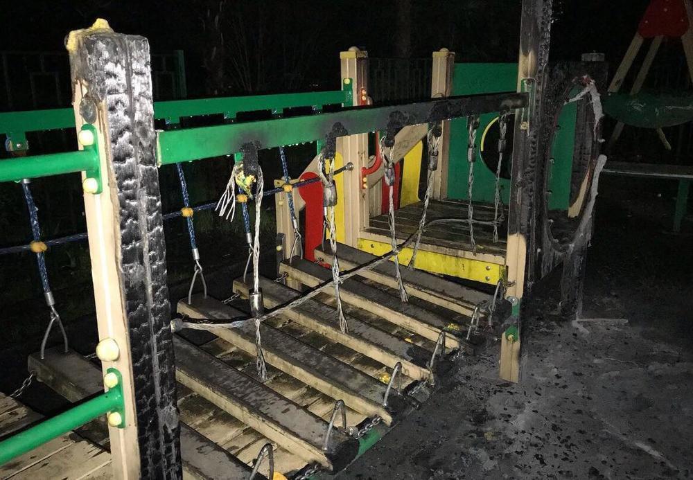 В «юном месяце апреле» в Сочи сожгли детскую площадку