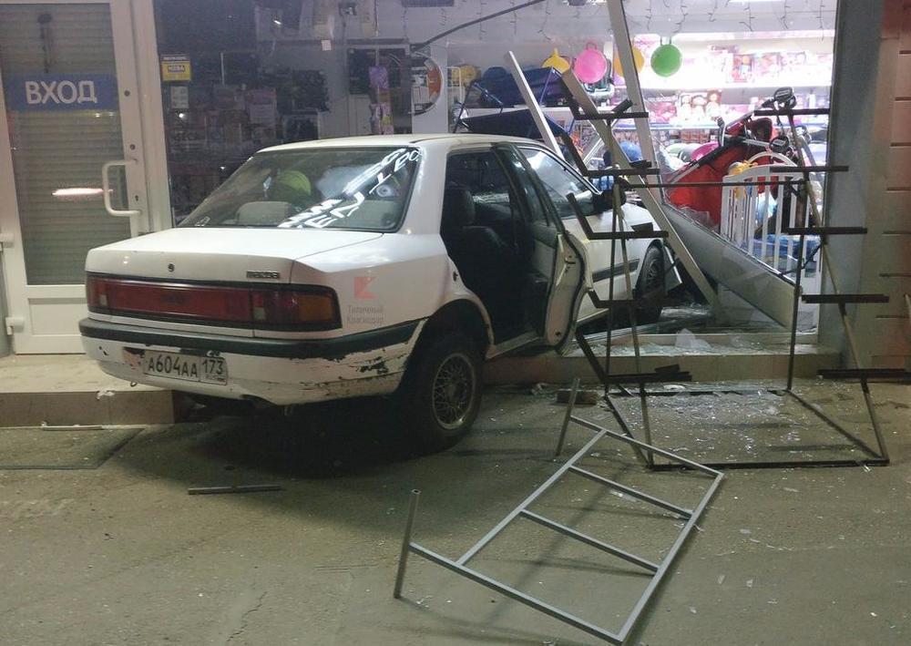 «Как к себе в гараж» заехал в витрину магазина автомобиль в Краснодаре