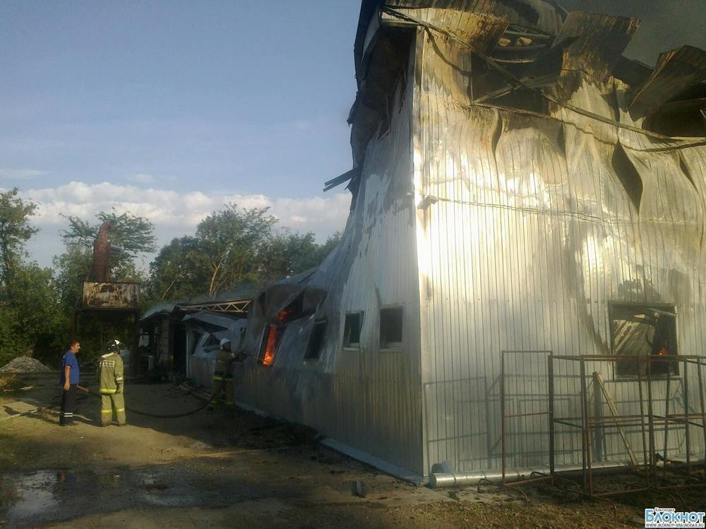 В Краснодарском крае загорелся мебельный цех