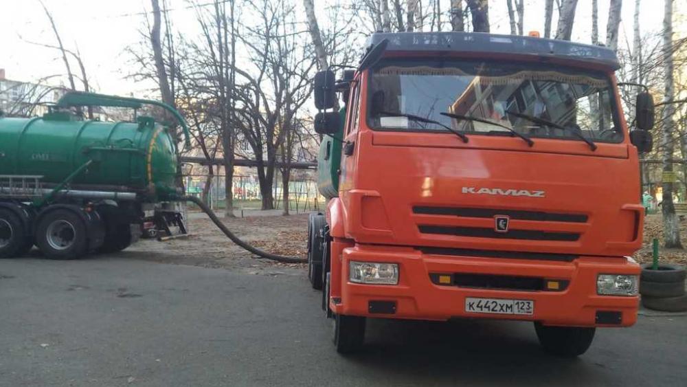Коллектор на улице Российской в Краснодаре забетонировали неизвестные