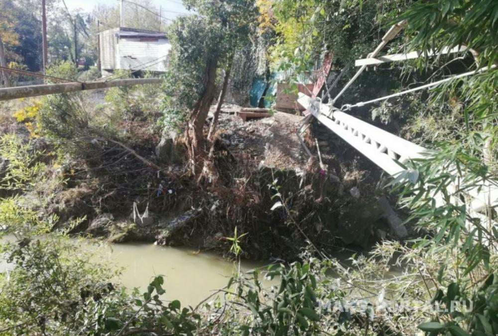 «Прошел месяц, движений ноль»: мост через реку Хероту в Сочи так и не восстановили