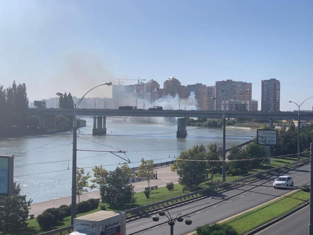 Пожар разгорелся у Тургеневского моста в Краснодаре