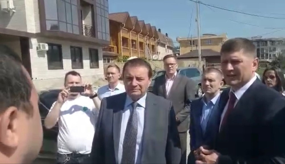Видео: Владелец самостроя в Сочи нагло признался в мошенничестве Пахомову и Алексеенко