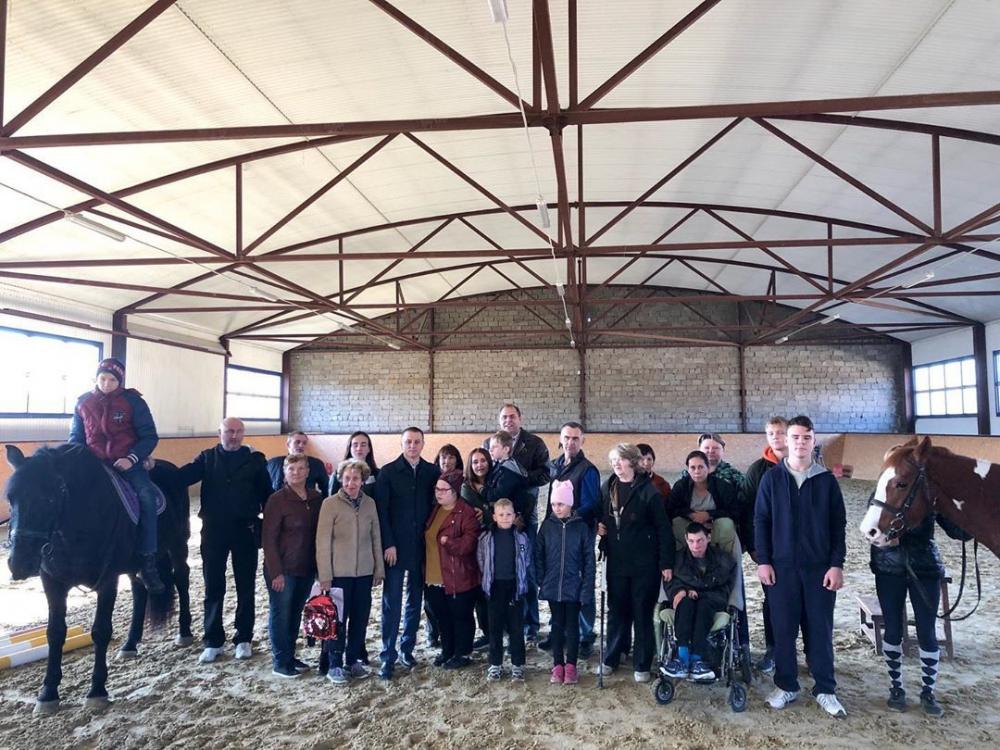 По инициативе депутата Анашкина для особенных детей провели сеанс иппотерапии