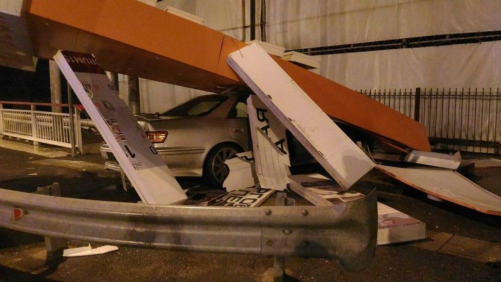 В Сочи «Тойота» снесла рекламную конструкцию ТЦ «Апельсин»