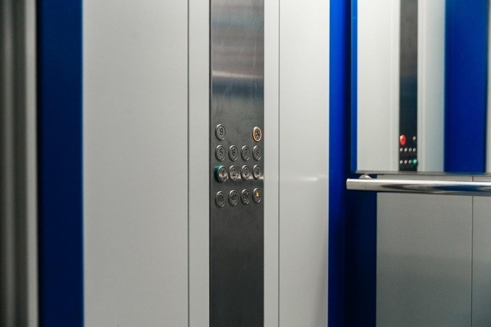 Большую часть старых лифтов в Краснодаре обновили и запустили