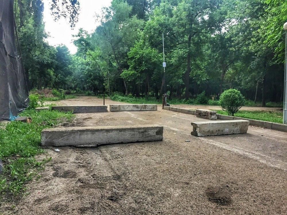 Краснодарцев возмутили бетонные блоки, перегородившие проезд «на затон»