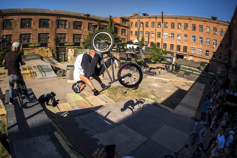 BMX на заводе «ЗИП» - в Краснодаре завершились необычные состязания трюкачей с велосипедом