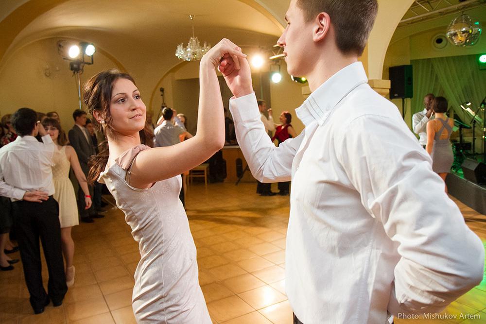 Директор краснодарской гимназии запретила детям танцевать под западную песню