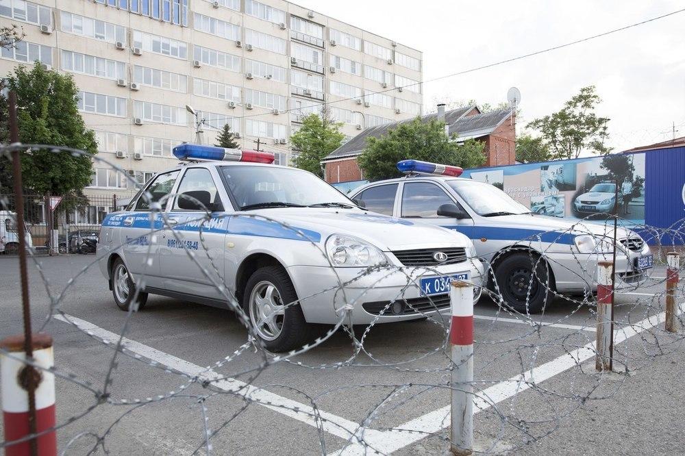 Угнал у знакомой автомобиль, врезался в дерево и убежал мужчина в Краснодарском крае