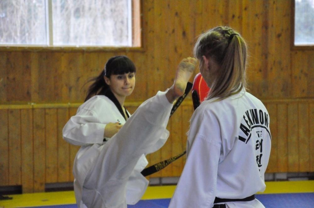 За юными тхэквондистками в Кропоткине подглядывал тренер