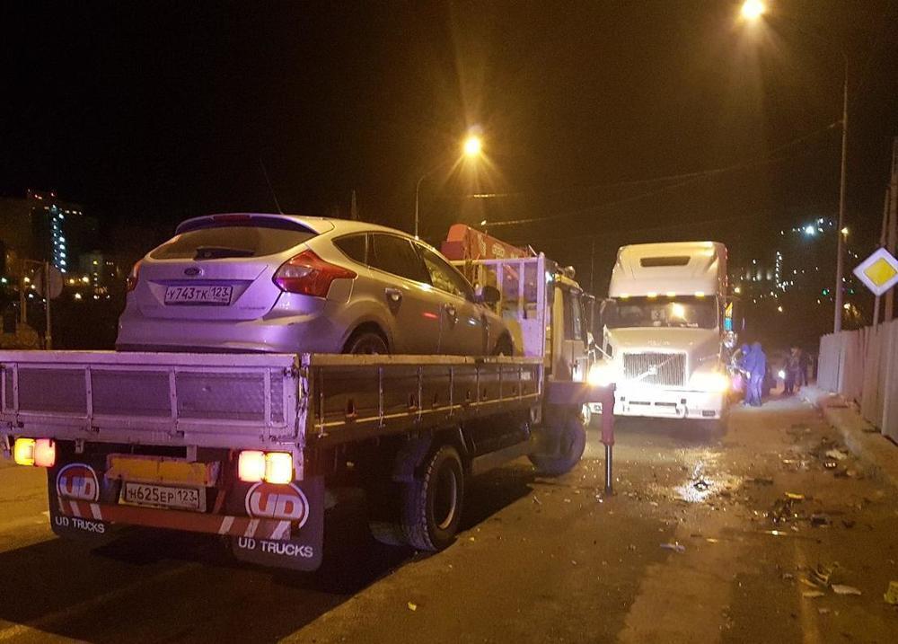 На Кубани «Форд» «расколошматило» после столкновения с прицепом фуры