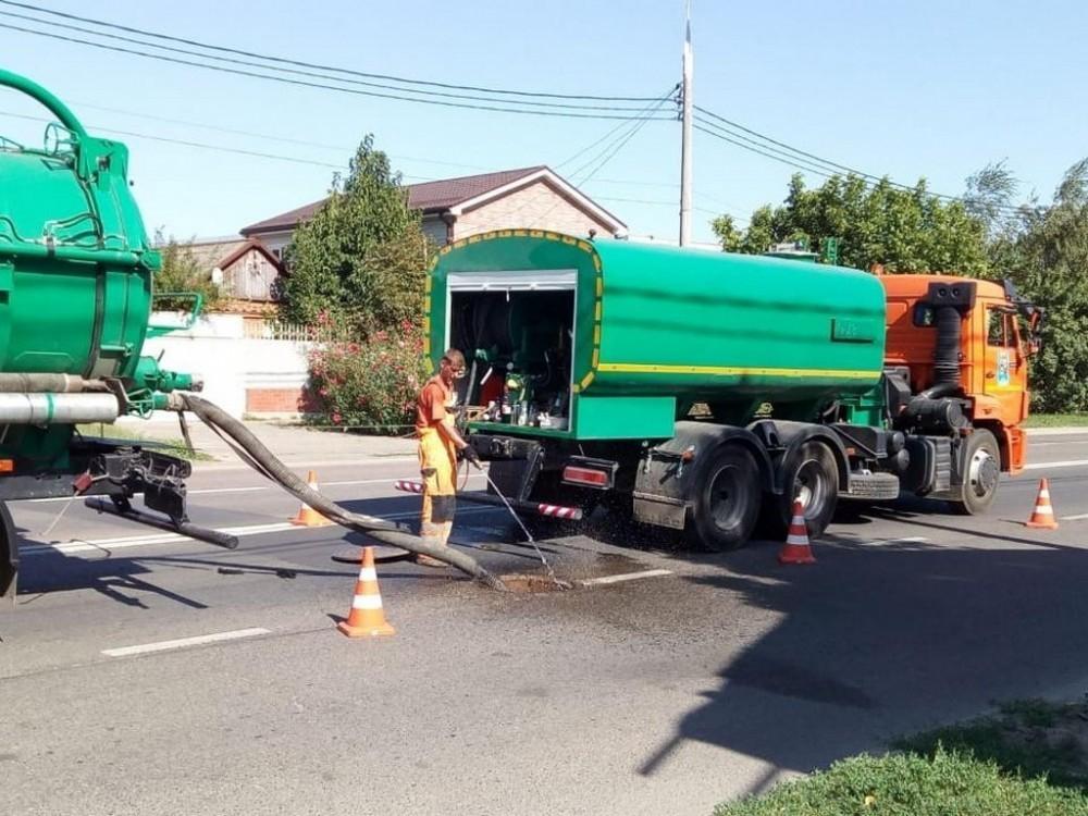 Еще 3 км сетей ливневой канализации почистили в Краснодаре