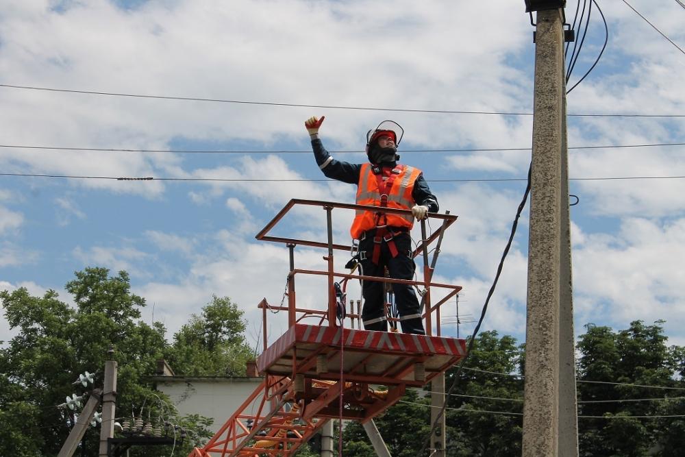 Энергетики демонтировали незаконные волоконно-оптические линии на 360 опорах