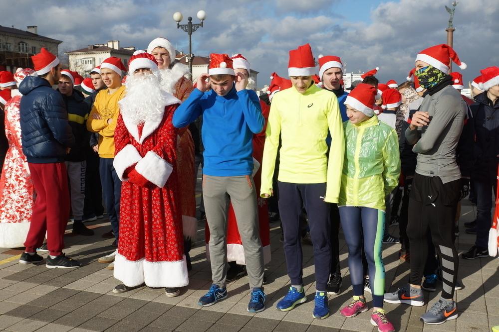 Тезка певицы Юлианны Карауловой стала победительницей в забеге Дедов Морозов в Новороссийске