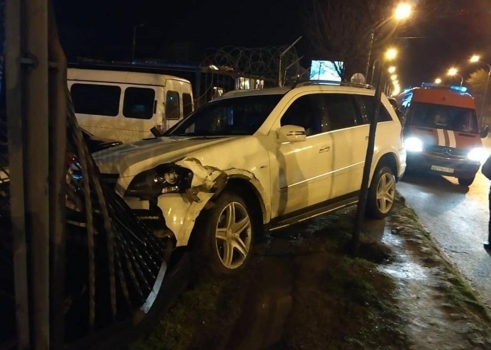 «Я не вижу машины «Яндекс.Такси»: иномарка протаранила забор таможни в Краснодаре