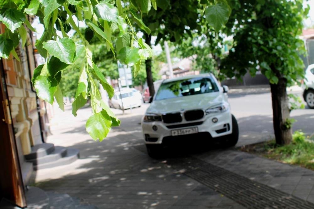 Помощник мэра Краснодара пообещал убрать парковки с улицы Красной