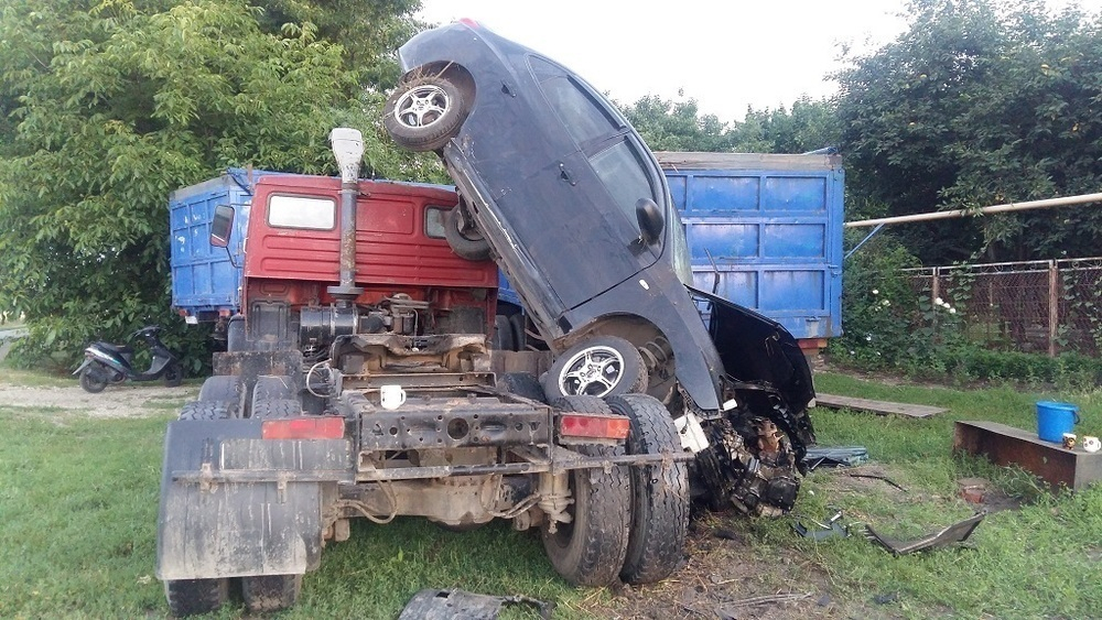 На Кубани 18-летний водитель влетел в КАМАЗ по неопытности