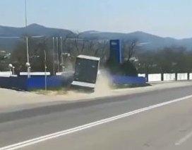 Вышел в туалет: Момент столкновения грузовика с заправкой под Новороссийском попал на видео