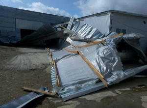 Ветер принес в Краснодар кирпичный дождь, а в Горячем Ключе сорвал крышу