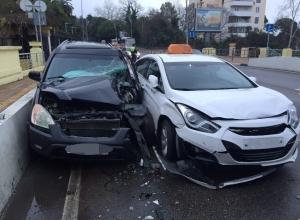 В Сочи пассажирский автобус столкнулся с двумя автомобилями
