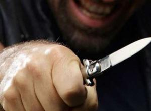 Мужчина ударил ножом дочь и жену, чтобы увезти их в Краснодар