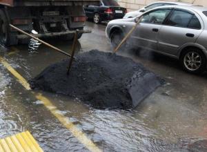 Только без паники: зимой продолжают класть асфальт в Краснодаре