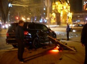 В Краснодаре «Мерседес» снес светофор и сбил пешехода