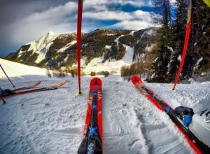 Лыжник в Сочи съехал с трассы и застрял на скале