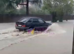 Улицы Сочи превратились в реки после ливня