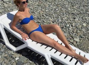 42-летняя актриса Елена Захарова оголила в Сочи живот после родов