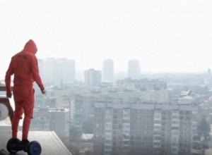 «Ради лайков» на гироскутере по крыше Краснодара покатался отчаянный молодой человек