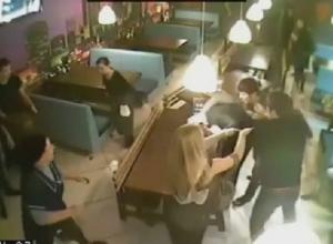 В Краснодарском караоке-баре посетитель подрался с охранником