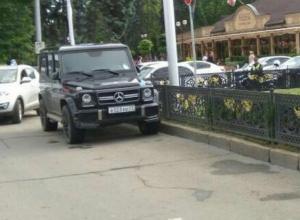 Мне плевать на всех, я паркуюсь где хочу: крутой остановился посреди дороги в центре Краснодара