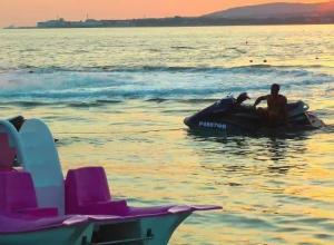 13-летняя девочка, катаясь на гидроцикле в Геленджике, выскочила на берег