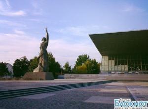 В Краснодаре демонтировали ограждения у кинотеатра «Аврора»