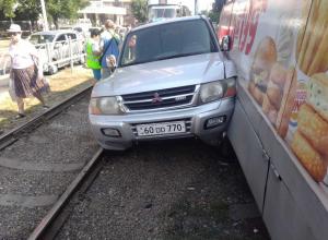 Трамвай протащил внедорожник по рельсам в Краснодаре
