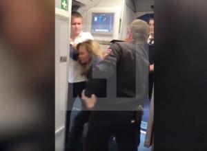 «Ты на кого вызвала полицию?» - буйная дама устроила дебош в прилетевшем в Сочи самолете