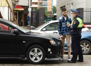 В центре Краснодара окровавленный пешеход повис на ремне после наезда «Митсубиси»