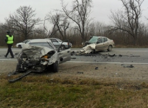В Краснодарском крае столкнулись две легковушки и автобус