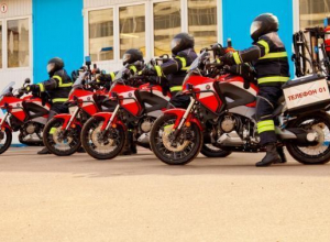 Тушить машины краснодарские пожарные могут с помощью мотоциклов