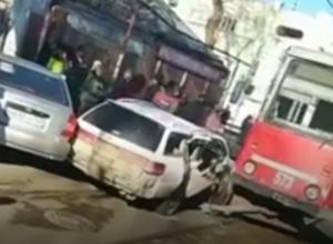 В Краснодаре автомобилист попал в ДТП с трамваем: его увезли с переломами