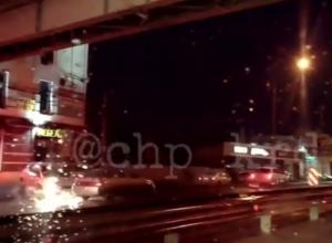 Пробку на Тургеневском мосту в Краснодаре умельцы объезжают по «встречке»