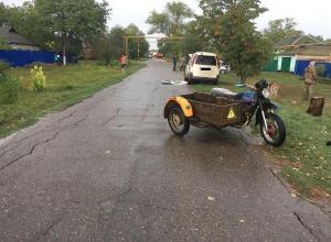 На Кубани пьяный мотоциклист врезался в припаркованный минивэн