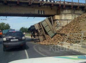 «КамАЗ» со свеклой зацепился за мост и перевернулся в Динской