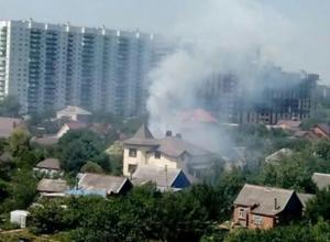 В Краснодаре горит дом: горожан напугал треск полыхающего шифера