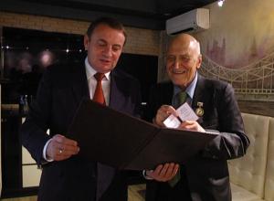 Николай Дроздов получил из рук мэра Анатолия Пахомова знак «Признание и почет сочинцев»