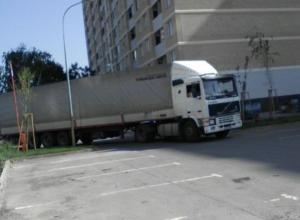 Будете перегораживать дорогу гробами: Жителям ЖК «Южный парк» в Краснодаре посыпались угрозы за закрытый проезд